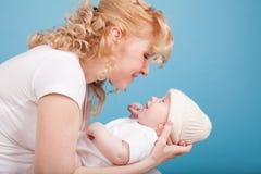 La maman garde en main un bonheur d'amour de fils de bébé Photos libres de droits