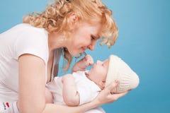 La maman garde en main un bonheur d'amour de fils de bébé Image stock