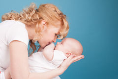 La maman garde en main un bonheur d'amour de fils de bébé Images stock