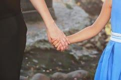 La maman garde l'enfant par la main Photos libres de droits
