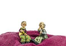 La maman grande et le papa grand s'asseyent sur le moutain de serviette Photographie stock libre de droits