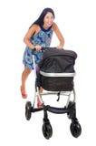 La maman heureuse avec son bébé dans le landau Photo stock