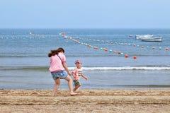 La maman joue avec son enfant sur la plage, Yantai, Chine Photographie stock