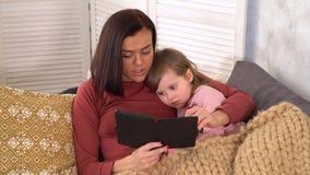 La maman lit sa petite fille un conte de fées clips vidéos