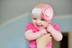 La maman maintient une fille de bébé dans ses bras images libres de droits
