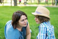La maman ou la grand-mère calme tendrement un fils ou un petit-fils Photos stock