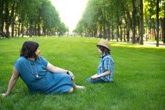 La maman ou la grand-mère calme un fils ou un petit-fils Photos stock