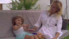 La maman passent le temps avec la petite fille à l'air ouvert banque de vidéos