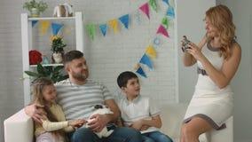 La maman prend des photos de sa famille avec le lapin de Pâques clips vidéos
