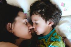 La maman regarde l'enfant de sommeil Photo libre de droits