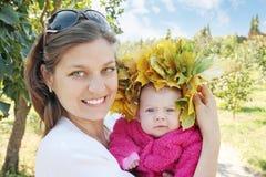 La maman retient l'enfant Image stock