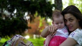 La mamma abbraccia e bacia la figlia stock footage