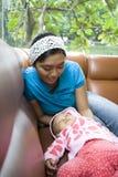 la mamma addormentata di caduta del bambino ha guardato Fotografia Stock Libera da Diritti