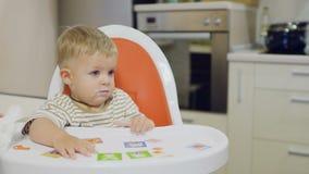 La mamma alimenta il bambino grazioso con il yogurt stock footage