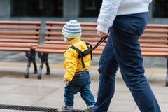 La mamma assicura il suo bambino durante la passeggiata Fotografie Stock Libere da Diritti