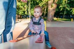 La mamma assicura il suo bambino durante la passeggiata Fotografia Stock Libera da Diritti
