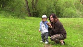 La mamma cammina con il suo piccolo figlio stock footage