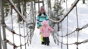 La mamma con una figlia di tre anni sopra sospende il ponte archivi video