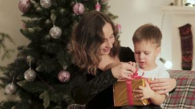 La mamma dà un regalo al suo piccolo figlio per il nuovo anno stock footage