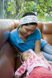 la mamma del bambino protegge il sonno Fotografie Stock Libere da Diritti