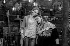 La mamma e la figlia spendono uguagliare pieno di sentimento, fondo interno Abbracci delle ragazze mentre abbia conversazione pie fotografia stock libera da diritti