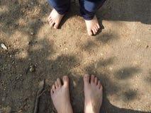 La mamma e la figlia stanno camminando lungo il percorso fotografia stock libera da diritti