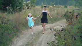 La mamma e la figlia stanno correndo video d archivio