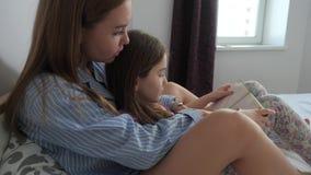 La mamma e la figlia stanno discutendo un libro stock footage