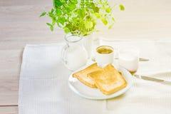 La mamma e la figlia fanno colazione a letto su una coperta bianca Fotografie Stock