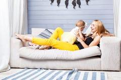 La mamma e la figlia sono giocano rumorosamente Immagine Stock