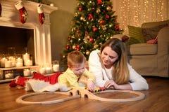 La mamma ed il figlio che giocano con un giocattolo si preparano immagini stock