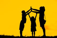 La mamma ed il figlio divertendosi al tramonto, famiglia un tempo felice, bambino asiatico, profilano un bambino al tramonto Fotografie Stock Libere da Diritti
