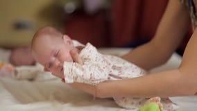 La mamma fa la ginnastica speciale per il neonato a partire dai primi giorni di vita Salute dei bambini video d archivio