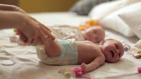La mamma fa la ginnastica speciale per il neonato a partire dai primi giorni di vita Salute dei bambini stock footage