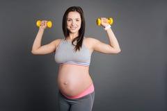 La mamma graziosa in buona salute gradisce lo sport Fotografia Stock Libera da Diritti