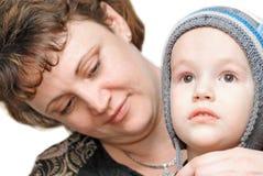 La mamma mette un bambino in giovane età Immagini Stock