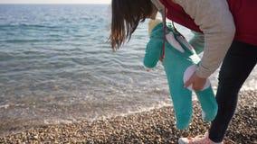 La mamma mostra al suo piccolo figlio il mare per la prima volta video d archivio