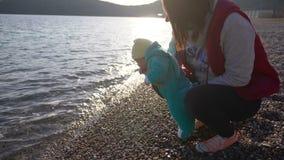 La mamma mostra al suo piccolo figlio il mare per la prima volta archivi video