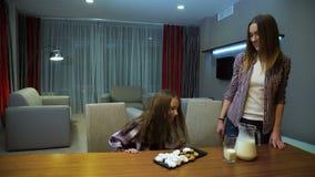 La mamma sana della latteria di nutrizione della famiglia versa il latte video d archivio