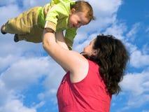 La mamma sta giocando con il figlio Fotografia Stock Libera da Diritti