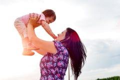 La mamma sta tenendo la neonata fotografia stock libera da diritti