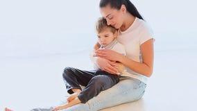La mamma stringe a sé il giovane figlio che gioca con l'amore archivi video