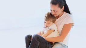 La mamma stringe a sé il giovane figlio che gioca con l'amore video d archivio