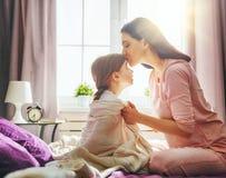 La mamma sveglia il bambino fotografie stock libere da diritti