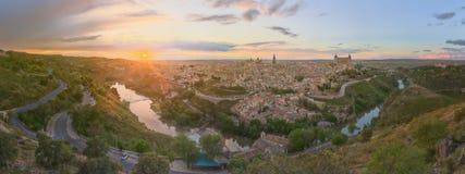 古城和城堡全景在小山在塔霍河,卡斯蒂利亚la Mancha,托莱多,西班牙 库存照片