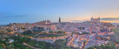 古城和城堡全景在小山在塔霍河,卡斯蒂利亚la Mancha,托莱多,西班牙 免版税图库摄影
