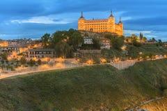 古城和城堡全景在小山在塔霍河,卡斯蒂利亚la Mancha,托莱多,西班牙 免版税库存图片