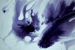 La mancha blanca /negra de la tinta fluyó, asociación imagen de archivo libre de regalías