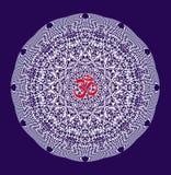 La mandala bianca con un aum/ohm rossi/OM firma nel centro su un fondo blu immagine stock