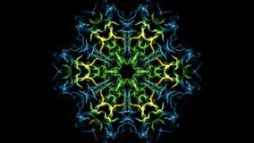 La mandala viva del fractal en verde, el azul y el amarillo diseñan, los modelos finos del cepillo en el fondo negro, movimiento  almacen de metraje de vídeo
